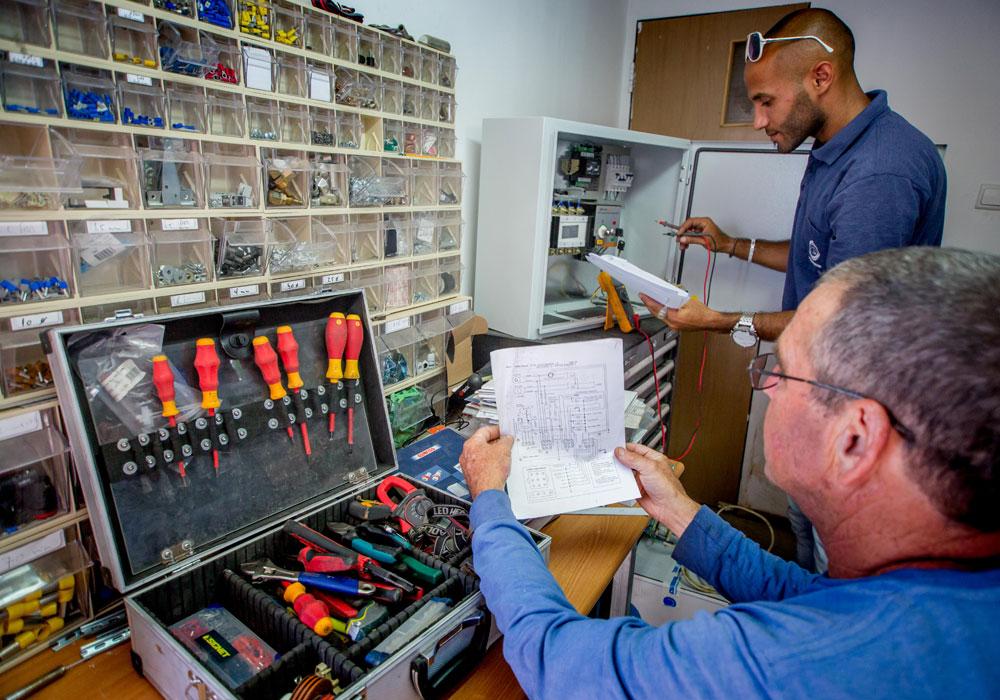 עובדים במעבדה